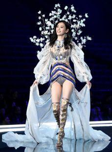 victoria-secret-fashion-show-2017-ming-xi-1135102